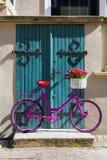 Rosa Fahrrad, das auf der Straße steht Stockbild