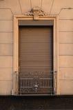 Rosa fasad- och bruntfönster Arkivbild
