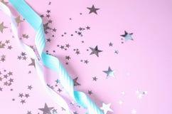 Rosa festlicher Hintergrund mit Sternen und Bändern stockbilder