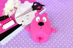 Rosa filtnallebjörn, handgjord leksak Sax visare, tråd, ben, pappers- mallar Fotografering för Bildbyråer
