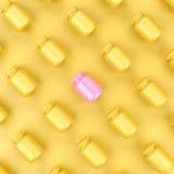 Rosa Flasche, die heraus von den gelben Flaschen auf gelbem Hintergrund steht Stockfotos