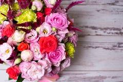 rosa floral bonita do arranjo, a cor-de-rosa e a vermelha, eustoma cor-de-rosa, crisântemo amarelo Fotos de Stock