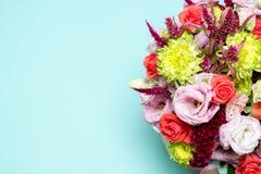 rosa floral bonita do arranjo, a cor-de-rosa e a vermelha, eustoma cor-de-rosa, crisântemo amarelo Fotografia de Stock