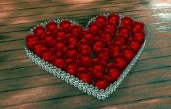 Rosa floresce em uma forma do coração na tabela de madeira Foto de Stock Royalty Free