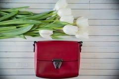 Rosa Frauentasche mit Blumen Stockfotografie