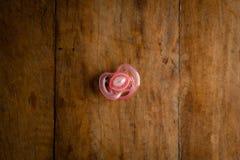 rosa fredsmäklare på trätabellen, konstgjord belysning för sida royaltyfri bild
