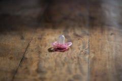 rosa fredsmäklare på trätabellen, konstgjord belysning för sida royaltyfria foton