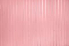 Rosa färger tonad korrugerad metalltexturyttersida Arkivfoton