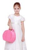 Rosa färgpicknickkorg i flickas hand Fotografering för Bildbyråer