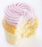 Rosa frostad muffin med tuggan Royaltyfria Bilder