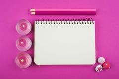 Rosa funktionsdugligt skrivbord med tända stearinljus royaltyfria foton