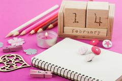 Rosa funktionsdugligt skrivbord med valentinobjekt royaltyfri bild