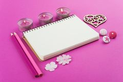 Rosa funktionsdugligt skrivbord med valentinobjekt arkivfoto