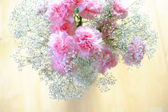 Rosa Gartennelken-Blume Boquet auf Tabelle Lizenzfreie Stockfotos