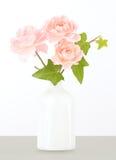 Rosa Gartenrosen im weißen Vase Stockbild