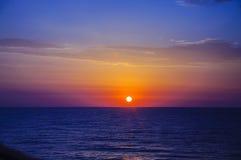 Rosa gelber blauer Sonnenaufgang auf dem Mittelmeer Stockfotografie