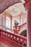 Rosa gemalter Innenraum einer Abtei Stockbilder
