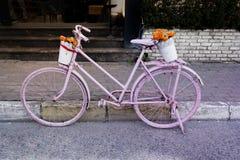 Rosa gemaltes altes Fahrrad Lizenzfreie Stockfotos