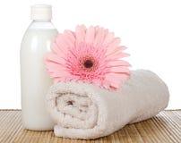 Rosa gerbera och en handduk Fotografering för Bildbyråer