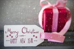 Rosa Geschenk, Kalligraphie, frohe Weihnachten und guten Rutsch ins Neue Jahr, Schneeflocken Stockbilder