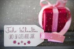 Rosa Geschenk, Kalligraphie, Gutes Neues bedeutet guten Rutsch ins Neue Jahr, Schneeflocken Lizenzfreies Stockbild