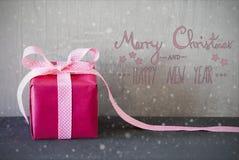 Rosa Geschenk, Kalligraphie, Schneeflocken, frohe Weihnachten und guten Rutsch ins Neue Jahr Lizenzfreie Stockbilder