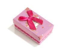 Rosa Geschenkbox mit Bandbogen Feiertag vorhanden Gegenstand lokalisiert auf wei?em Hintergrund Nahaufnahme stockbild