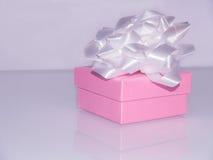 Rosa Geschenkbox mit weißem Band Stockfotografie