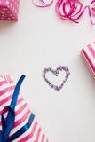 Rosa Geschenke und Herz auf Weiß Enthält transparente Nachrichten Stockbild