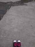 Rosa geschnürte schwarze Turnschuhe Stockfotos