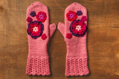 Rosa gestrickte Handschuhe Stockbilder