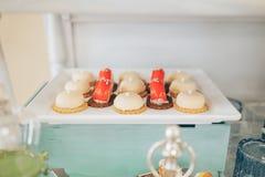 Rosa godisstång Godisstång Läcker söt buffé med muffin Söt feriebuffé med muffin och andra efterrätter arkivfoton