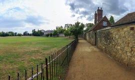 Rosa gränd i Oxford, England med Kristuskyrkaängen på len Royaltyfria Bilder