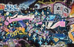 Rosa Graffiti auf Berlin Wall mit Zug Lizenzfreies Stockfoto