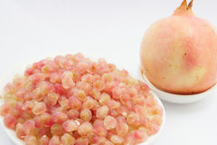 Rosa Granatapfel und Samen im Teller Stockbilder