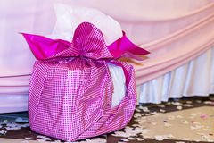 Rosa grande presente con el arco rosado Fotos de archivo