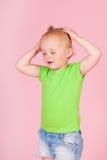 Rosa gritador de la niña pequeña foto de archivo