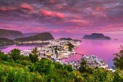 Rosa gryning i Alesund, den mest härliga staden i den västra kusten av Norge fotografering för bildbyråer