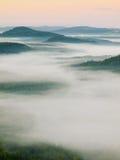 Rosa gryning Kylig nedgångatmosfär i bygd Den kalla och fuktiga höstmorgonen är dimman inflyttningdalen Royaltyfria Bilder