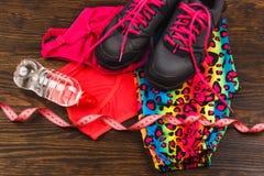 Rosa gymnastikskor och att mäta bandet och sportkläder Royaltyfri Fotografi