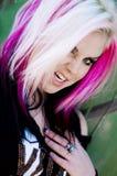 Rosa h?r f?r punkrockflickakvinna royaltyfri fotografi