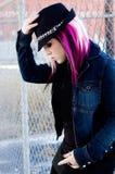 Rosa h?r f?r punkrockflickakvinna arkivbilder