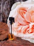 Rosa ha profumato l'olio Profumo arabo in mini bottiglie immagini stock
