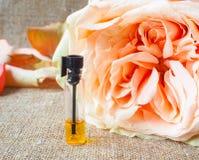 Rosa ha profumato l'olio Profumo arabo in mini bottiglie fotografie stock