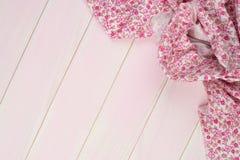 Rosa handduk över trätabellen Royaltyfri Bild