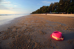 Rosa hatt på strand Arkivfoto