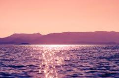 Rosa havslandskap på soluppgång Royaltyfria Bilder