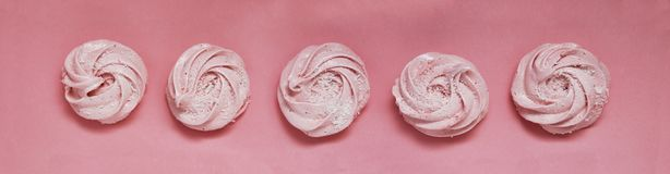 Rosa hemlagad sefir eller marshmallow på rosa bakgrund Jordgubbemarshmallow, maräng, sefir baner Royaltyfri Fotografi