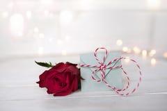 Rosa hermosa del rojo con una letra Fotos de archivo libres de regalías