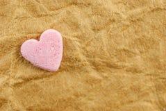 Rosa Herz über Schmutzweinlesealtem Papierhintergrund Valentinsgruß-Tageshintergrundidee Lizenzfreies Stockbild